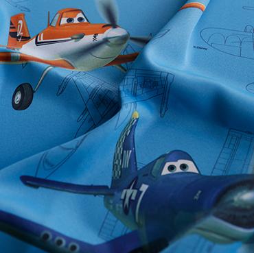 """Detailbild von Indes Fuggerhaus Stoff Sunechoe mit den Stars des Films """"Planes""""."""