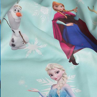 """Detailbild von Indes Fuggerhaus Stoff Sunfrozen mit den Stars des Films """"Frozen""""."""