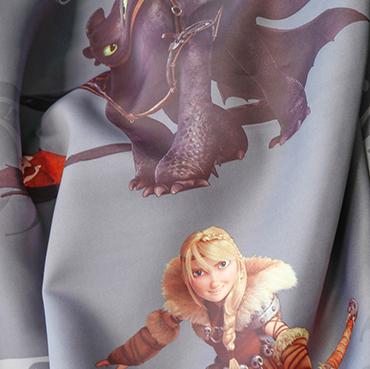 """Detailbild von Indes Fugerhaus Stoff Sunhiccup mit dem Stars des Films """"Dragons"""""""